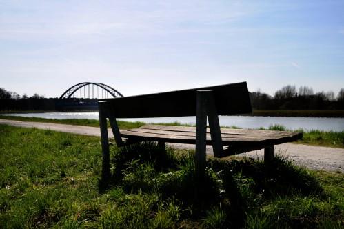 Kanalbank blauer Himmel